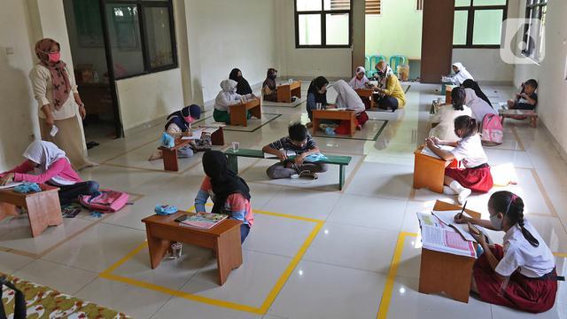 FOTO: Terkendala Kuota, Siswa Belajar Daring di Aula Kelurahan