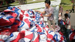 Warga menerima semboko dari Presiden Joko Widodo saat open house di Istana Kepresidenan Gedung Agung, Yogyakarta, Sabtu (9/7). Open House ini diikuti oleh ribuan masyarakat yang berada di Yogyakarta. (Liputan6.com/Boy Harjanto)