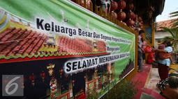 Seorang warga menerima sembako yang dibagikan oleh warga keturunan Tionghoa di Klenteng Fuk Ling Miau, Yogyakarta, Jumat (1/7). Pembagian sembako dilakukan sebagai bentuk kepedulian terhadap sesama di bulan ramadan. (Liputan6.com/Boy Harjanto)