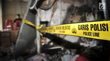 Garis polisi terpasang di salah satu kios Blok C Pasar Tanah Abang usai terjadinya kebakaran di Jakarta, Senin (22/4). Sebanyak 20 unit mobil pemadam kebakaran dikerahkan untuk memadamkan api pada kebakaran yang terjadi di lantai 3 pasar tersebut. (merdeka.com/ Iqbal S. Nugroho)