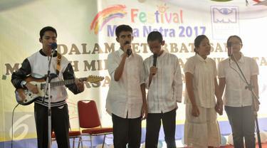 Sejumlah siswa tuna netra menampilkan keahlian dalam musik dan bernyanyi menggunakan bahasa Jerman, Jakarta, Jumat (17/2). Yayasan Mitra Netra gelar festival Mitra Netra 2017 menampilkan beragam keterampilan siswa tuna netra. (Liputan6.com/Yoppy Renato)