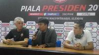 Pelatih Persija Jakarta, Ivan Kolev (paling kiri) dan Ryuji Utomo (paling kanan) (Foto: Switzy Sabandar/Liputan6.com)