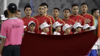 Para pemain Timnas Indonesia menyanyikan lagu kebangsaan sebelum melawan Timor Leste pada laga Piala AFF 2018 di SUGBK, Jakarta, Selasa (13/11). (Bola.com/Yoppy Renato)