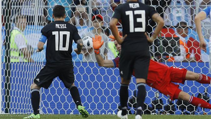 Kiper Islandia, Hannes Halldorsson, menepis penalti bintang Argentina, Lionel Messi,  pada laga Grup D Piala Dunia di Stadion Spartak, Moskow, Sabtu (16/6/2018). Islandia bermain imbang 1-1 dengan Argentina. (AP/Victor Caivano)
