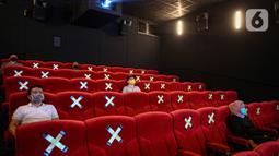 Pengunjung menonton film di salah satu bioskop Cinepolis di Jakarta Jumat (23/10/2020). Sejumlah bioskop di Ibu kota kembali beroperasi setelah mendapatkan izin dari Pemprov DKI Jakarta dengan jumlah penonton dibatasi maksimal 25 persen dari total kapasitas. (Liputan6.com/Faizal Fanani)