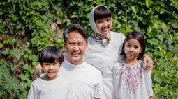 """Susah sih kalau mudik. Kakak ada yang di Shanghai, Bali, Malang, Jakarta. Kebersamaan ya paling ama keluarga kecil aja, atau nyamperin ke keluarga suami,"" kata Nirina Zubir beberapa waktu lalu. (Foto: instagram.com/nirinazubir_)"