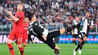 Pemain Juventus Cristiano Ronaldo melakukan tendangan saat menghadapi Bayer Leverkusen pada matchday kedua Liga Champions di Allianz Stadium, Turin, Italia, Selasa (1/10/2019). Juventus menghajar Bayer Leverkusen 3-0. (Alessandro Di Marco/ANSA via AP)