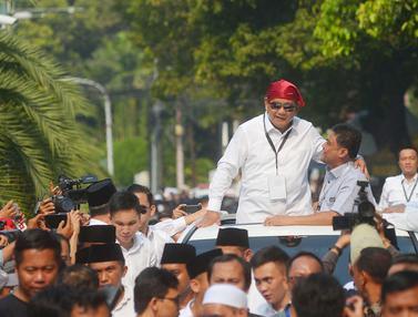 Pakai Bandana Merah, Prabowo Sapa Pendukung Usai Daftar Capres-Cawapres