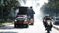 Jajaran Polda Jawa Barat melaksanakan penyemprotan disinfektan menggunakan rantis water canon di Kota Bandung, Selasa (31/3/2020). (Humas Polda Jabar)