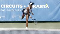 Petenis Thailand, Champoothip Jundakate, memukul bola saat ITF Women's Circuit di Elite Club Epicentrum, Jakarta, Selasa (18/6). Turnamen tingkat internasional ini diikuti sejumlah petenis Asia dan Eropa. (Bola.com/Yoppy Renato)