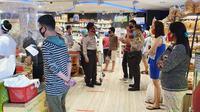 Aparat Polda Sulut terjun langsung ke sejumlah pusat perbelanjaan yang sementara dipadati warga.