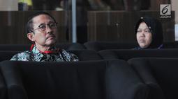 Mantan Kepala Badan Penyehatan Perbankan Nasional (BPPN) I Putu Gede Ary Suta (kiri) menunggu panggilan saat akan menjalani pemeriksaan oleh penyidik di Gedung KPK, Jakarta, Selasa (9/7/2019). I Putu Gede diperiksa untuk tersangka istri Sjamsul Nursalim, Itjih Nursalim. (merdeka.com/Dwi Narwoko)