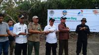 Manajer PKEK Zaini Rakhmat dan Wakil Bupati Garut Helmi Budiman melepaskan 2 ekor elang laut perut putih (Liputan6.com/Jayadi Supriadin)