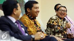 Wakil ketua DPR, Fadli Zon tertawa saat menjadi pembicara dalam dialog Dialektika Demokrasi dengan topik 'Makna dari pertemuan Jokowi-Prabowo' di Media Center, Gedung Parlemen Senayan, Jakarta, Selasa (1/11). (Liputan6.com/Johan Tallo)