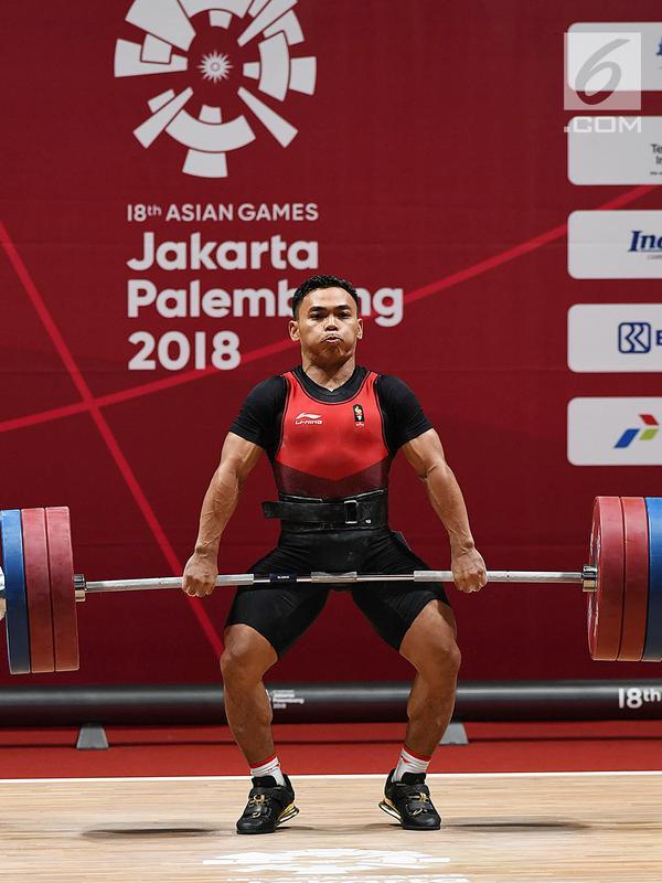 Atlet angkat besi Indonesia Eko Yuli Irawan melakukan angkatan