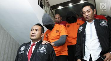 Tersangka DM dan DMT (Dominggus Marcello Tahitoe) saat di bawa pada rilis penangkapan narkoba di Polres Jakarta Selatan, Jumat (11/8). Ello ditetapkan sebagai tersangka kepemilikan narkoba 2 paket ganja dibawah 5 gram. (Liputan6.com/Herman Zakharia)