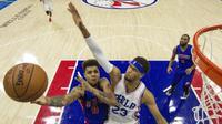 Pemain Detroit Pistons, Michael Gninije,berduel dengan pemain Philadelphia 76ers, James Webb, pada laga pramusim NBA di Philadelphia, Minggu (16/10/2016) WIB. (Twitter)