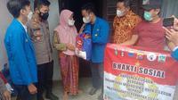 Polres Cilegon Bersama Mahasiswa Bagikan Sembako Ke Warga Terdampak Covid-19. (Kamis, 22/07/2021).
