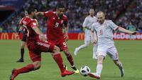 Gelandang Spanyol, Andres Iniesta, berusaha mengirim umpan saat melawan Iran pada laga grup B Piala Dunia di Kazan Arena, Kazan, Rabu (20/6/2018). Spanyol menang 1-0 atas Iran. (AP/Manu Fernandez)