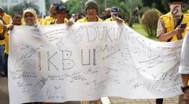 Ikatan Keluarga Besar UI (IKB UI) menggelar aksi solidaritas di Kampus Universitas Indonesia, Jakarta, Jumat (17/5). Aksi tersebut untuk memberikan dukungan kepada dokter Ani Hasibuan yang dilaporkan atas tuduhan penyebaran informasi yang menimbulkan rasa kebencian. (Liputan6.com/Immanuel Antonius)