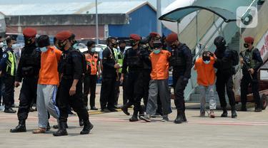 FOTO: 22 Terduga Teroris dari Jawa Timur Dipindahkan ke Jakarta