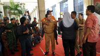 Penyapu jalan gemetar dan menangis angkat Piala Adipura (Liputan6.com / Edhie Prayino Ige)