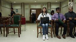 Pemain sinetron Kirana Larasati saat berada di ruang sidang di Pengadilan Negeri Jakarta Selatan, Kamis (18/5). Kirana Larasati menjalankan sidang perdana cerai tanpa dihadiri suaminya Tama Gandjar dengan agenda mediasi. (Liputan6.com/Herman Zakharia)