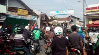 Ratusan ojol di Garut melakukan sweeping di lokasi ojek pangkalan, mereka bahkan terpaksa menurunkan spanduk secara paksa mengenai larangan pengemudi ojol (Liputan6.com/Jayadi Supriadin)