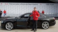 Bek Real Madrid, Sergio Ramos, memamerkan mobil Audi yang didapatnya pada 2014. (Dok. Getty Images via Zimbio)