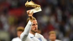 Striker Inggris, Harry Kane, memamerkan trofi Golden Boot sebelum melawan Spanyol pada laga UEFA Nation League di Stadion Wembley, London, Sabtu (8/9/2018). Inggris kalah 1-2 dari Spanyol. (AFP/Glyn Kirk)
