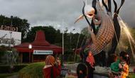 Patung Suro lan Boyo ikon Kota Surabaya karya Sigit Margono. (Dipta Wahyu/Jawa Pos)