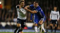Bek Chelsea Gary Cahill (kanan) berusaha menghentikan gelandang Tottenham Hotspur Christian Eriksen pada laga Premier League di White Hart Lane, London, Rabu (4/1/2017). (AFP/Adrian Dennis)