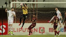 Kiper PSM Makassar, Hilman Syah tampil mengesankan, penampilan terbaiknya saat ia berhasil menggagalkan empat tendangan penalti pemain Persija. Hilman Syah memiliki jumlah save yang sangat banyak dan menjadi yang terbanyak di Piala Menpora 2021, yaitu 18 save. (Foto: Bola.com/Ikhwan Yanuar)