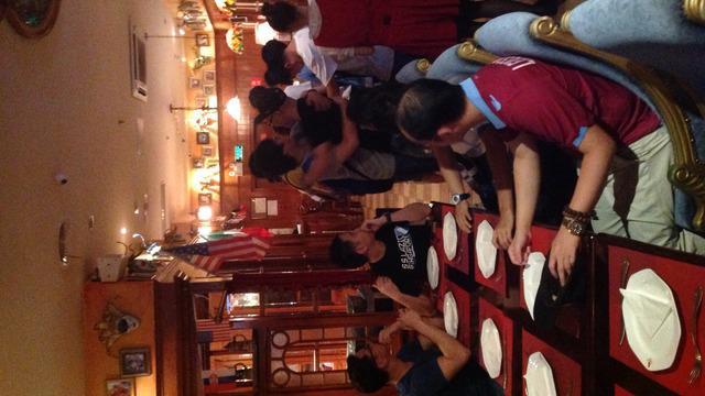Peserta gathering Lazio Asia menyanyikan lagu Grande Lazio di Flamenhot, Shanghai, China