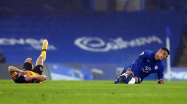 Pemain Wolverhampton Wanderers Daniel Podence (kiri) dan pemain Chelsea Thiago Silva mengalami cedera saat pertandingan Liga Inggris di Stamford Bridge Stadium, London, Inggris, Rabu (27/1/2021). Pertandingan berakhir dengan skor 0-0. (AP Photo/Frank Augstein)