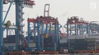 Aktivitas bongkar muat di Jakarta International Contener Terminal (JICT),Tanjung Priok, Jakarta, Kamis (16/11). Sejak tahun 2015, baru dua kali nilai ekspor Indonesia melampaui US$ 15 miliar per bulan. (Liputan6.com/Angga Yuniar)