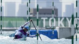 Atlet Kano asal Republik Ceska, Lukas Rohan, saat melakukan sesi latihan jelang Olimpiade di Kasai Canoe Slalom, Tokyo, Selasa (20/7/2021). (Foto: AP/Natacha Pisarenko)