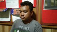 Tersangka pencuri ban mobil SS saat ditangkap polisi (Bam Sinulingga/Liputan6.com)