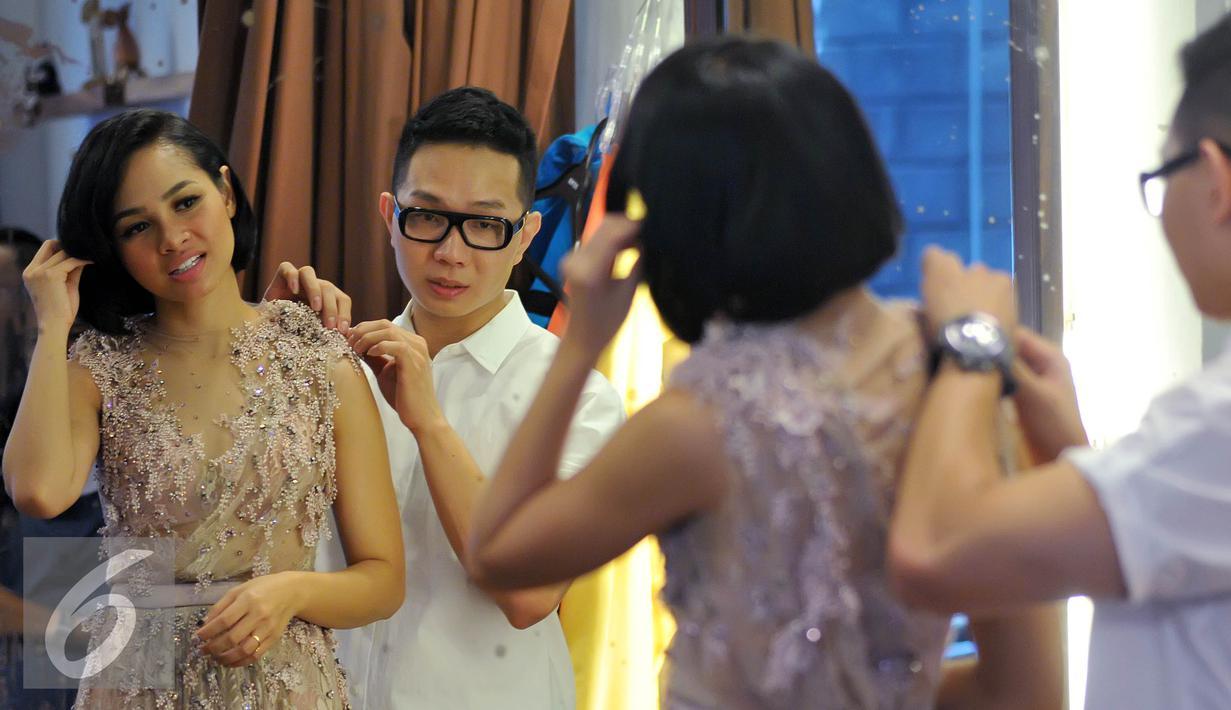Andien sedang mencoba kostum warna krem karya Desainer Hian Tjen di Pluit, Jakarta,  Rabu (12/8/2015). Menjelang konser tunggal pada September bertajuk 15 Tahun Metamorfosa Andien, Andien mencoba beberapa kostum. (Liputan6.com/Herman Zakharia)