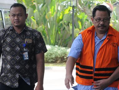 Tersangka Kepala Dinas Pekerjaan Umum (PU) Kabupaten Tulungagung Sutrisno (kanan) tiba di Gedung KPK, Jakarta, Jumat (3/8). Kedatangan Sutrisno untuk menandatangani berkas P21. (Merdeka.com/Dwi Narwoko)