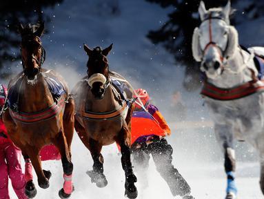 Para peserta saling memacu kudanya saat lomba Skijoring selama pacuan kuda White Turf di danau beku, Saint Moritz, Swiss, 17 Februari 2019. Pacuan kuda White Turf pertama kali diadakan pada 1907 oleh kaum bangsawan Eropa. (STEFAN WERMUTH / AFP)