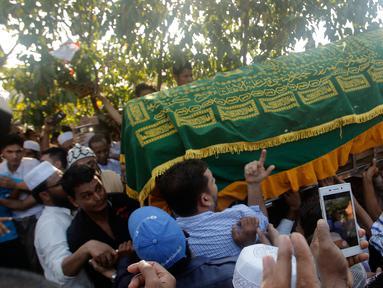 Umat Muslim membawa peti jenazah Ko Ni untuk dimakamkan di Yangon, Myanmar (30/1). Ko Ni tewas ditembak di halaman parkir di bandara internasional Yangon, Myanmar, pada 29 Januari 2017 kemarin. (AP Photo / Thein Zaw)