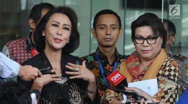 Ketua Pansel Calon Pimpinan KPK Yenti Ganarsih (kiri) didampingi Wakil Ketua KPK Basaria Panjaitan memberi keterangan usai melakukan pertemuan di Gedung KPK, Jakarta, Rabu (12/06/2019). Pertemuan membahas keberhasilan sekaligus kendala kinerja KPK pada periode ini. (merdeka.com/Dwi Narwoko)