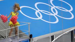 Seorang Cheerleader saat tampil pada periode pertama babak penyisihan pertandingan hoki es pria antara Korea Selatan dan Swiss di Olimpiade Musim Dingin 2018 di Gangneung, Korea Selatan (17/2). (AP Photo / Julio Cortez)