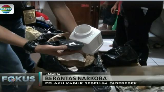 Polisi menemukan satu karung bubuk kimia dan puluhan botol cairan kimia serta ratusan alat penyuling untuk memproduksi narkoba.