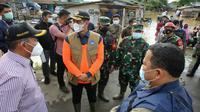 Kepala BNPB Doni Monardo berpesan agar penanganan pengungsi hendaknya dengan memisahkan kelompok rentan saat meninjau lokasi terdampak banjir di Desa Karangligar, Kabupaten Karawang Barat, Minggu (21/2/2021). (Badan Nasional Penanggulangan Bencana/BNPB)