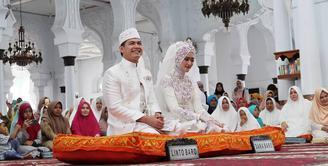 Pada Minggu (18/2/2018), Tommy Kurniawan resmi melepas status dudanya. Ia menikah dengan Lisya Nurrahmi di Banda Aceh. Lisya sendiri merupakan pramugari dan finaslis Puteri Indonesia 2011. (Foto: instagram.com/sahrulgunawanofficial)
