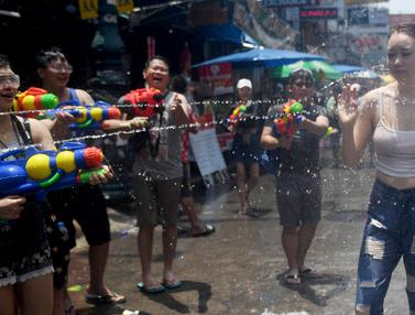 Serunya Basah-basahan dalam Perang Air Tahunan di Thailand