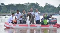 Gubernur Jambi, Zumi Zola menebar ribuan ekor ikan langka endemik sungai Batanghari. (Bangun Santoso/Liputan6.com)
