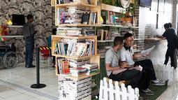Warga menunggu pembuatan Surat Keterangan Catatan Kepolisian (SKCK) dengan membaca di perpustakaan mini di Mapolres Tangerang Selatan, Banten, Kamis (5/7). Selain memberi rasa nyaman, hal ini juga untuk meningkatkan minat baca. (Merdeka.com/Arie Basuki)
